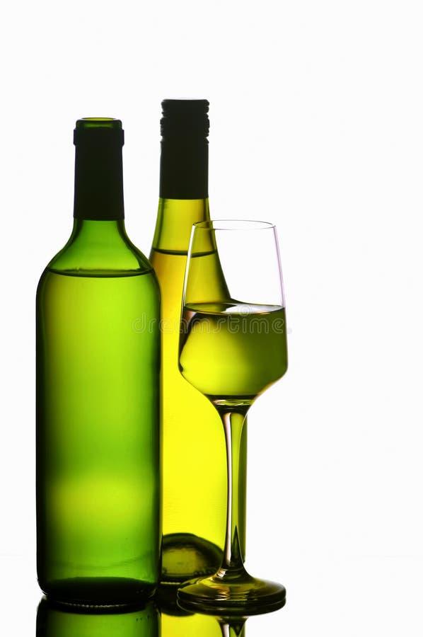 Verre à vin et bouteilles photographie stock libre de droits