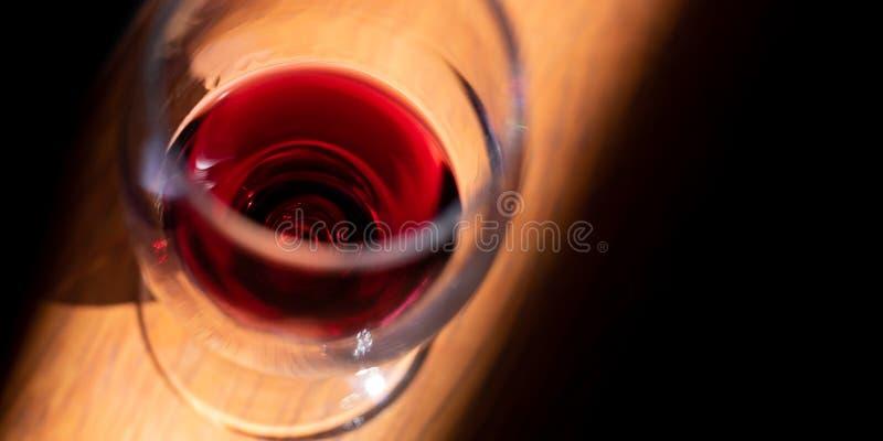 Verre à vin sur une table en bois photographie stock libre de droits