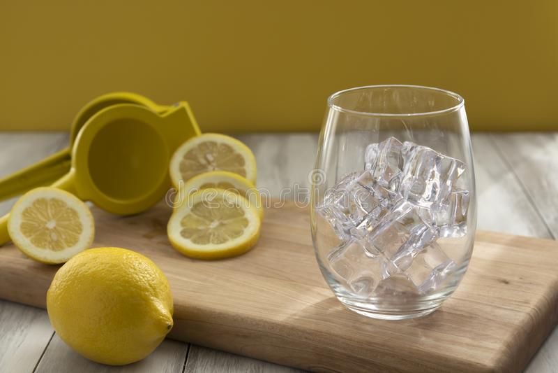 Verre avec de la glace avec des citrons photographie stock