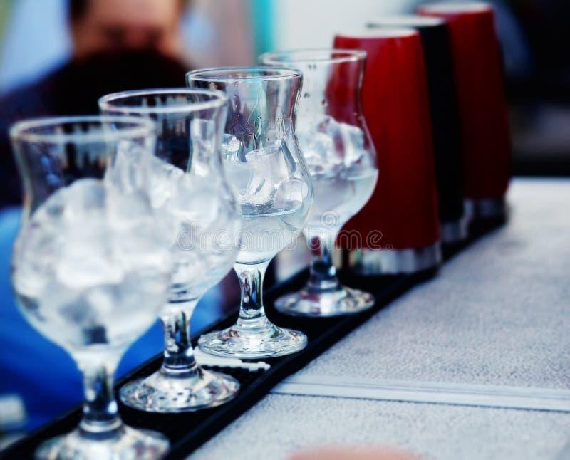 Verre avec de la glace pour la préparation des cocktails photographie stock