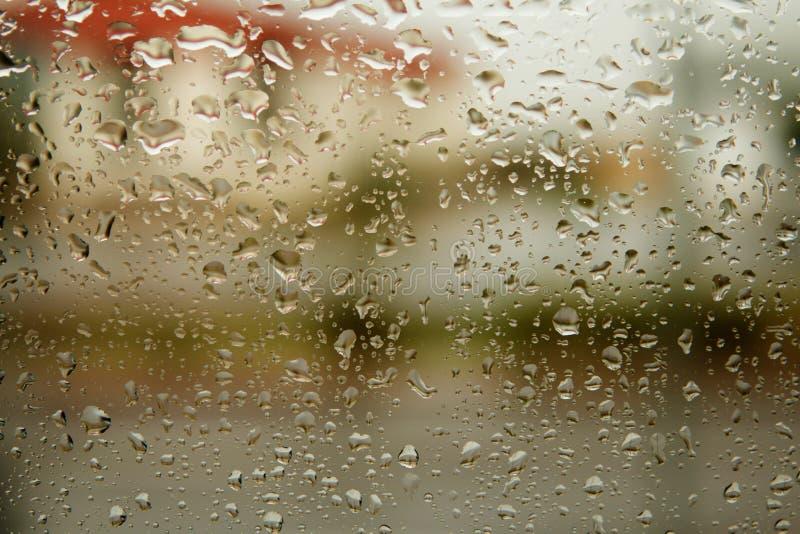 Verre avec des gouttes de l'eau de pluie photo stock
