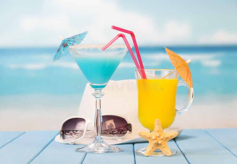 verre avec du jus cocktail lunettes de soleil sur la plage contre la mer de contexte image. Black Bedroom Furniture Sets. Home Design Ideas