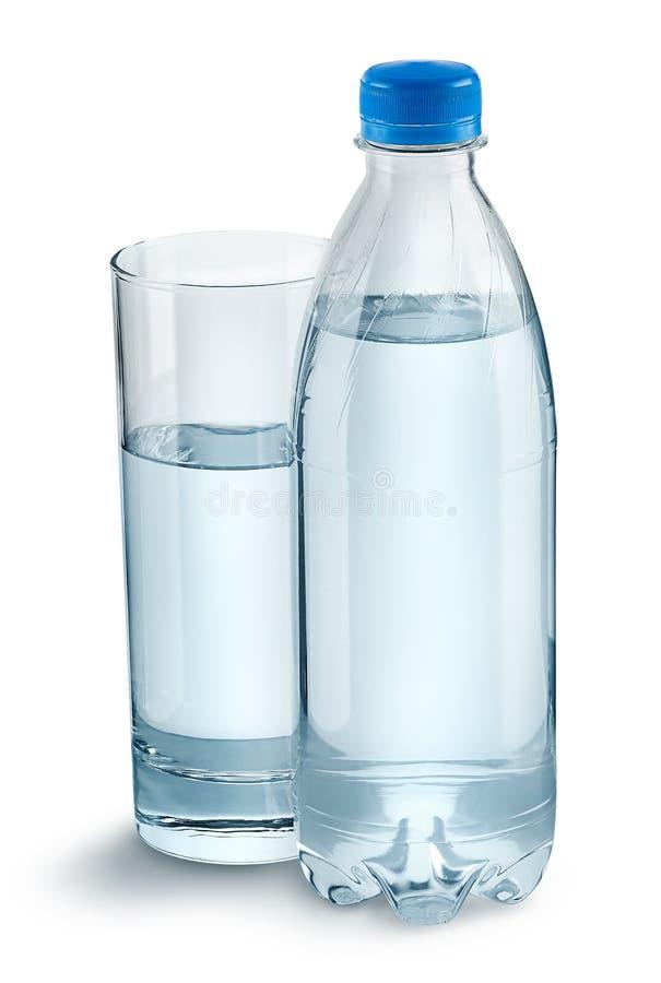 Verre avec l'eau et une bouteille en plastique image libre de droits