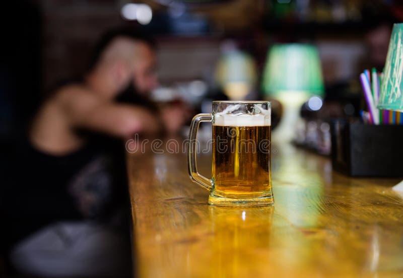 Verre avec la bière pression fraîche de bière blonde allemande avec la mousse Tasse remplie de la bière savoureuse froide dans la photo stock
