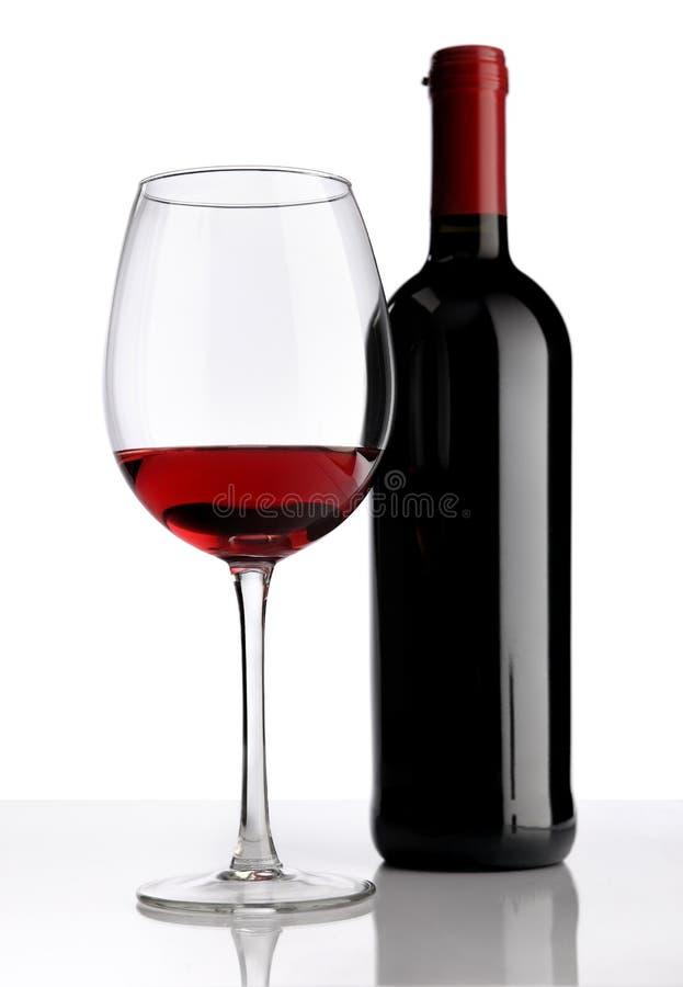 verre avec la bouteille de vin rouge sur le fond blanc photo stock image 39665873. Black Bedroom Furniture Sets. Home Design Ideas