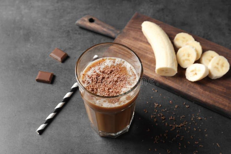 Verre avec la secousse de protéine de chocolat photographie stock libre de droits