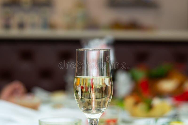 Verre avec le champagne pétillant dans le weddind Épouser des détails dans la vue en gros plan photo stock