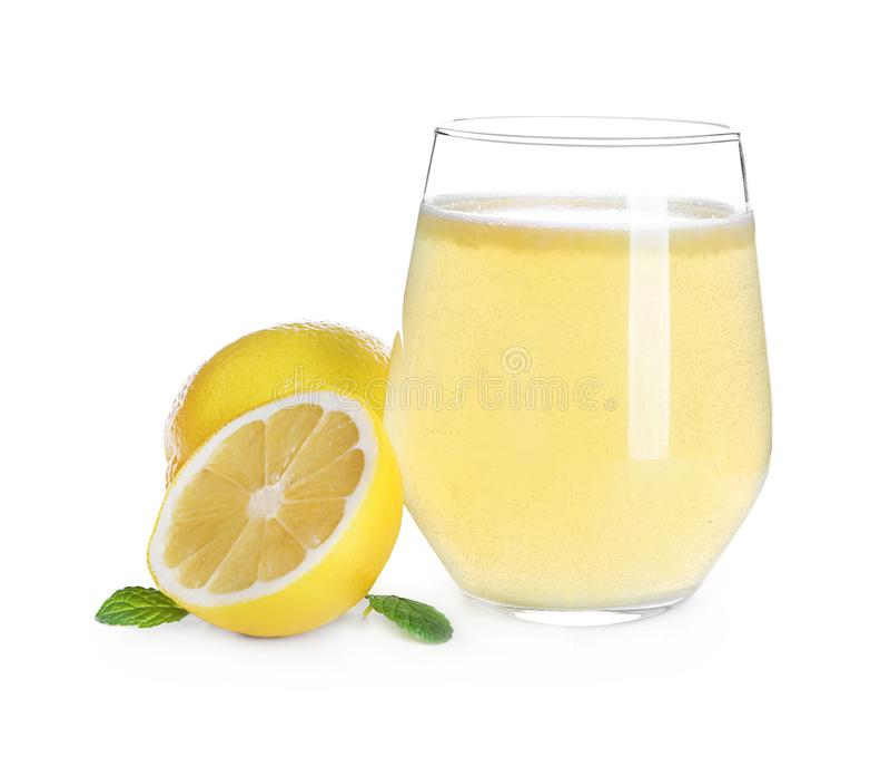 Verre avec le jus et les fruits frais d'agrumes délicieux sur le fond blanc images stock
