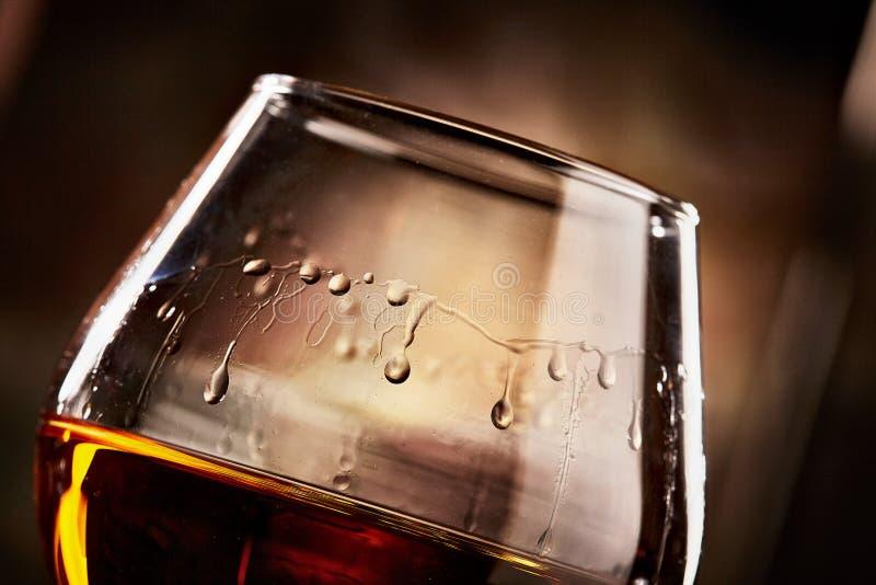 Verre avec le plan rapproché de cognac Goût de cognac photo athmospheric image libre de droits