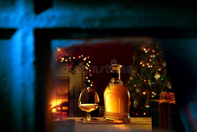 Verre avec whisky et bouteille de retour de couleur images libres de droits