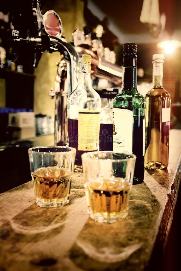 Verre avec wisky dans le vieux bar images stock