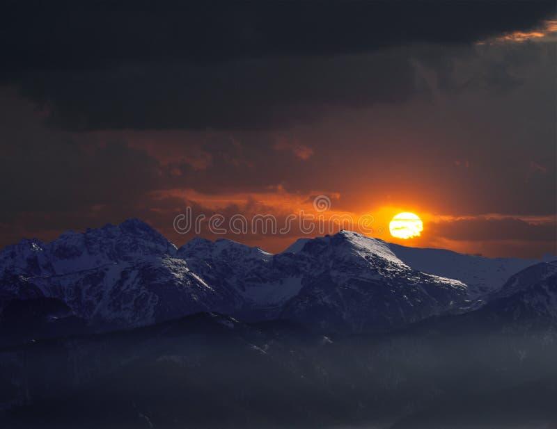 Verre bergen in zonsondergang stock afbeeldingen