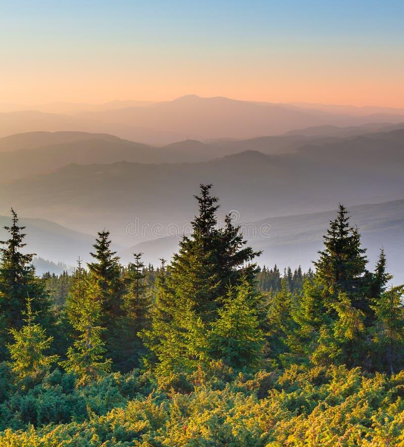 Verre bergketen en dunne laag wolken op de valleien royalty-vrije stock afbeelding