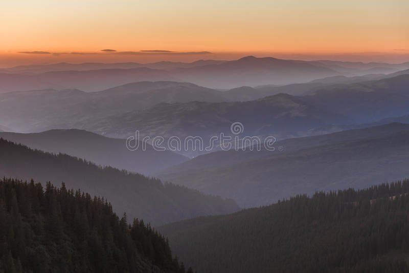 Verre bergketen en dunne laag wolken op de valleien royalty-vrije stock fotografie