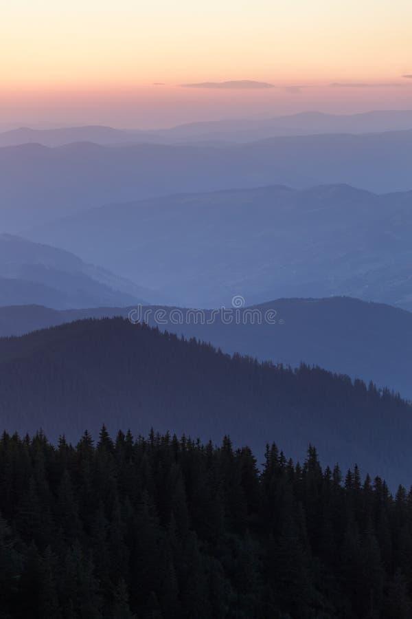Verre bergketen en dunne laag wolken op de valleien royalty-vrije stock foto's