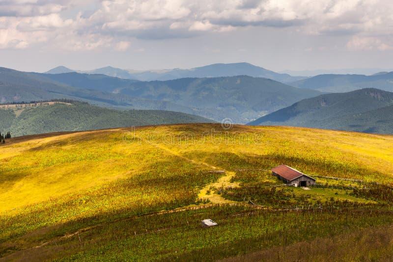 Verre bergketen en dunne laag wolken op de valleien royalty-vrije stock foto