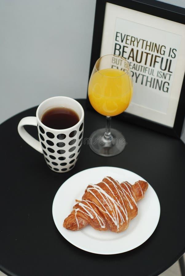 Verre blanc de café et de chocolat de croissants de matin orange Isoalted de Juice Breakfast sur le Tableau noir image stock