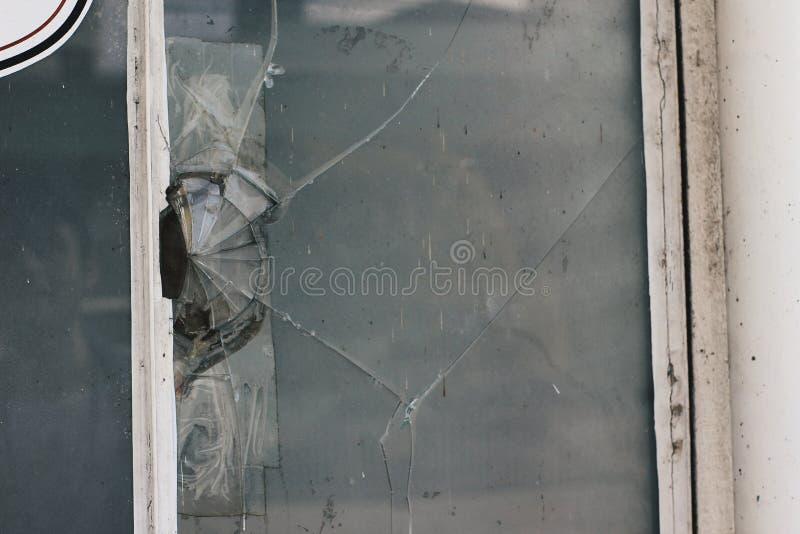Verre cassé dans une fenêtre images stock