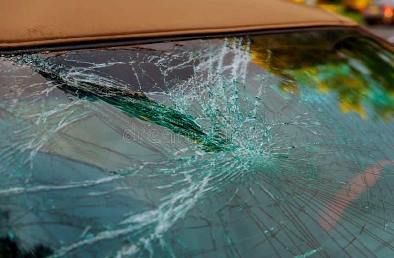 Verre cassé de voiture criqué pour la fenêtre avant de réparation d'accidents images libres de droits