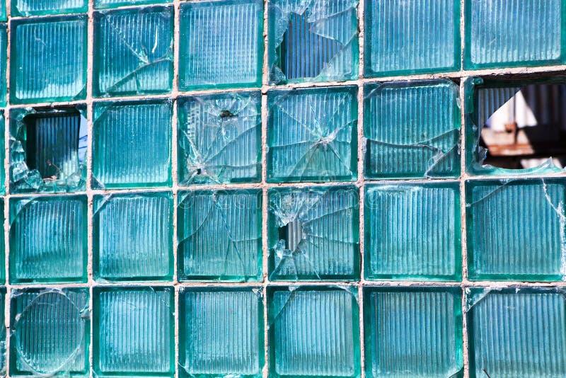 Verre cassé pour le modèle de fond Fenêtre cassée avec un trou de balle dans le trou moyen dans la fenêtre Texture d'accident images stock