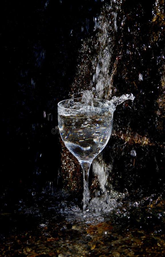 Verre cristal sous une cascade photo libre de droits