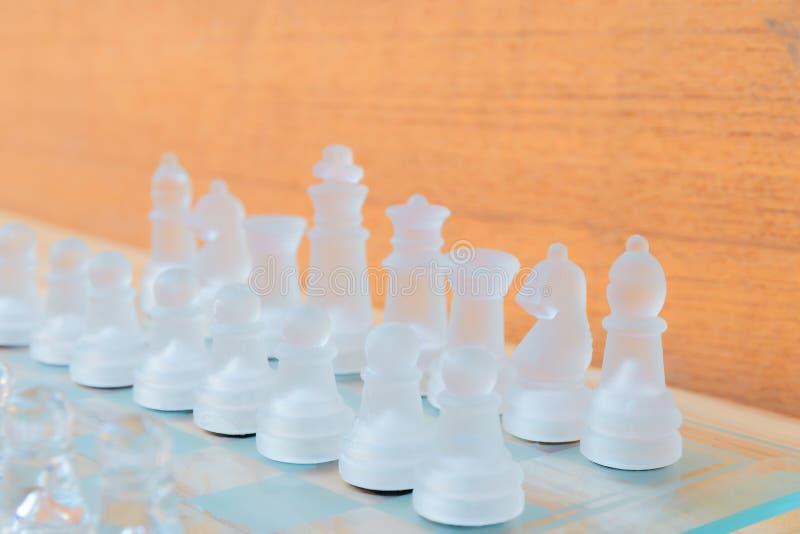 Verre d'échecs à bord de jeu Sur une réussite commerciale en bois de concurrence de concept de fond de plancher de vintage avec l photographie stock libre de droits