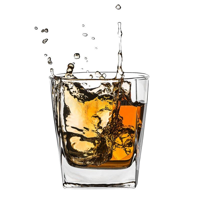 Verre d'éclabousser le whiskey d'isolement sur le blanc images stock