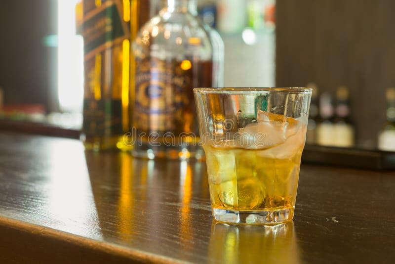 Verre d'écossais ou whiskey sur les roches images libres de droits