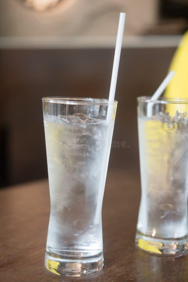 Verre d'eau glac?e potable avec le gla?on photos stock