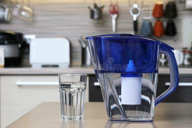 Verre d'eau propre et de filtre pour l'eau potable de nettoyage sur la table dans la cuisine Purification d'eau potable à la mais photo stock
