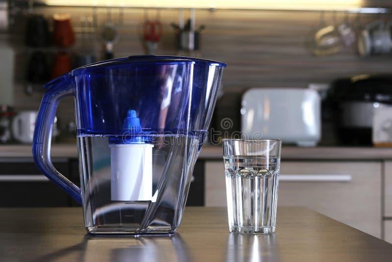 Verre d'eau propre et de filtre pour l'eau potable de nettoyage sur la table dans la cuisine Purification d'eau potable à la mais photographie stock libre de droits
