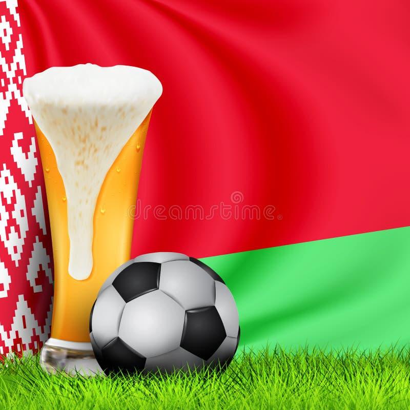 Verre 3d réaliste de bière et de ballon de football sur l'herbe verte avec le drapeau de ondulation national du Belarus Le footba illustration libre de droits