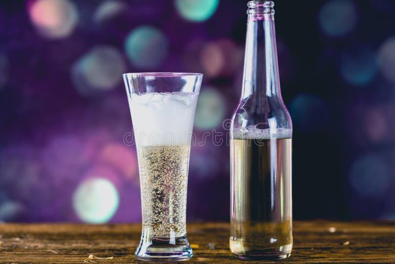 Verre de bière blonde avec des bulles images libres de droits