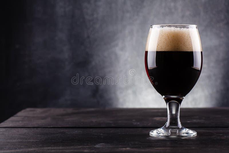 Verre de bière foncée photo stock
