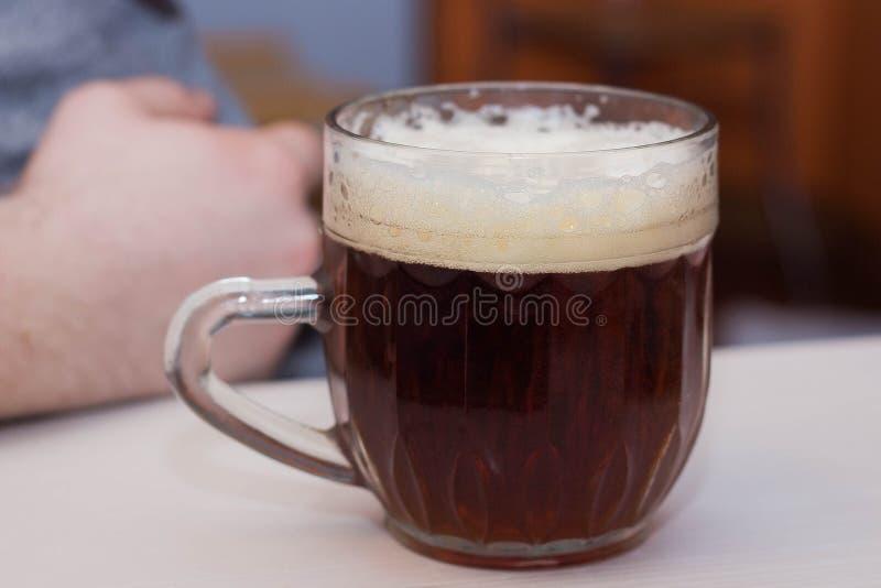 Verre de bière foncée, arachides salées photographie stock libre de droits