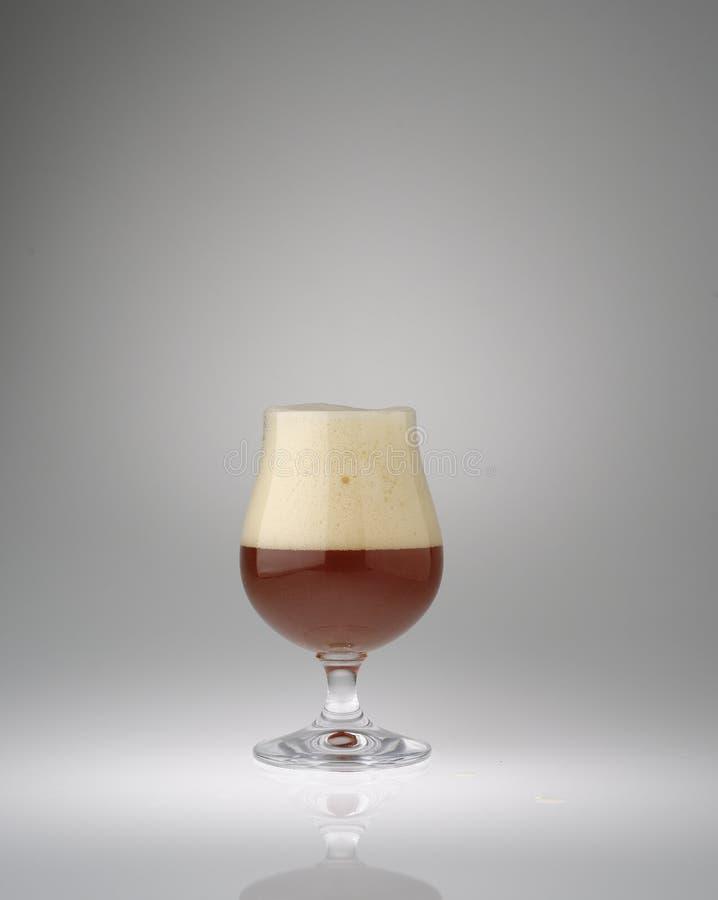 Verre de bière rouge pétillant photos stock