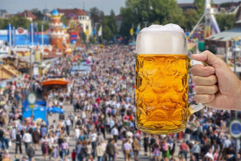 Verre de bière se tenant à disposition chez Oktoberfest à Munich photographie stock