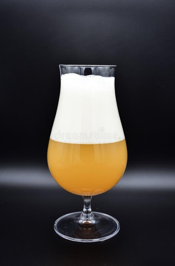 Verre de bière sur le fond noir, verre de bière photographie stock