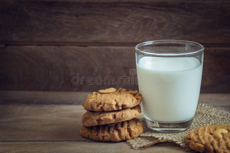 Verre de biscuits de lait et d'arachide sur le fond en bois images stock