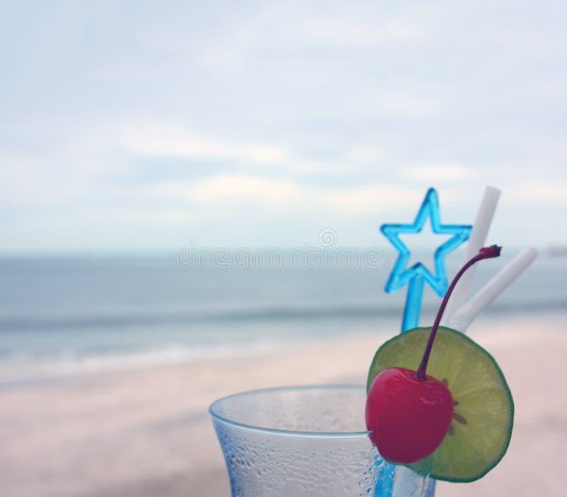 Verre de boisson glacée sur la plage photos libres de droits