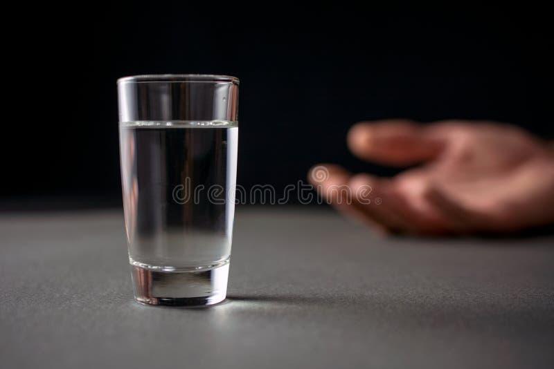 Verre de boisson de vodka ou d'alcool photographie stock libre de droits