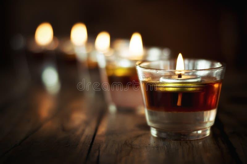 Verre de bougie votif Bougie dans le pot sur la table en bois images libres de droits
