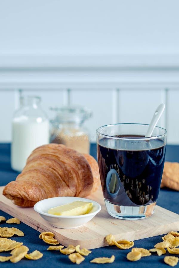 Verre de café avec du sucre roux et le lait photo stock