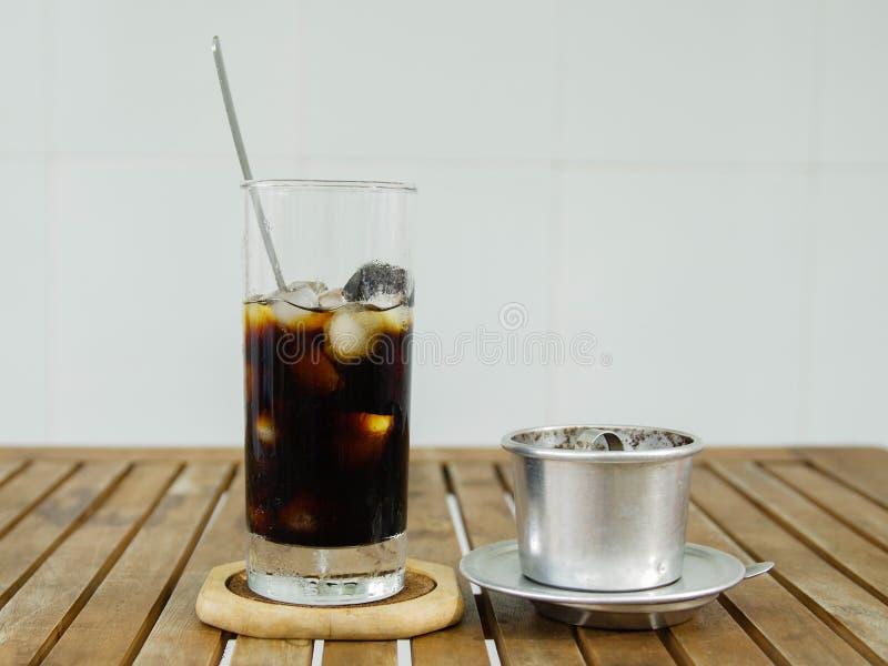 Verre de café de glace et de filtre de café traditionnel vietnamien sur l'OE photos libres de droits