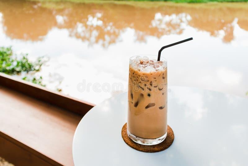 Verre de café glacé sur la table blanche par la rive photographie stock libre de droits