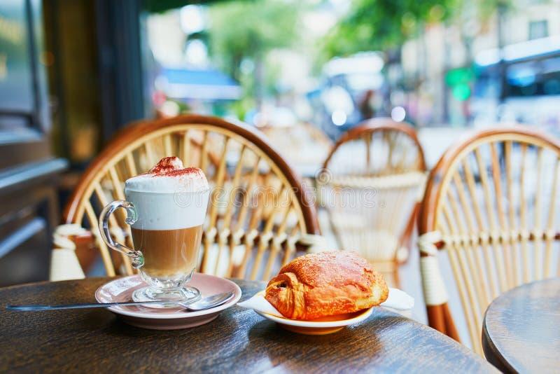 Verre de cappuccino en café extérieur à Paris photos libres de droits