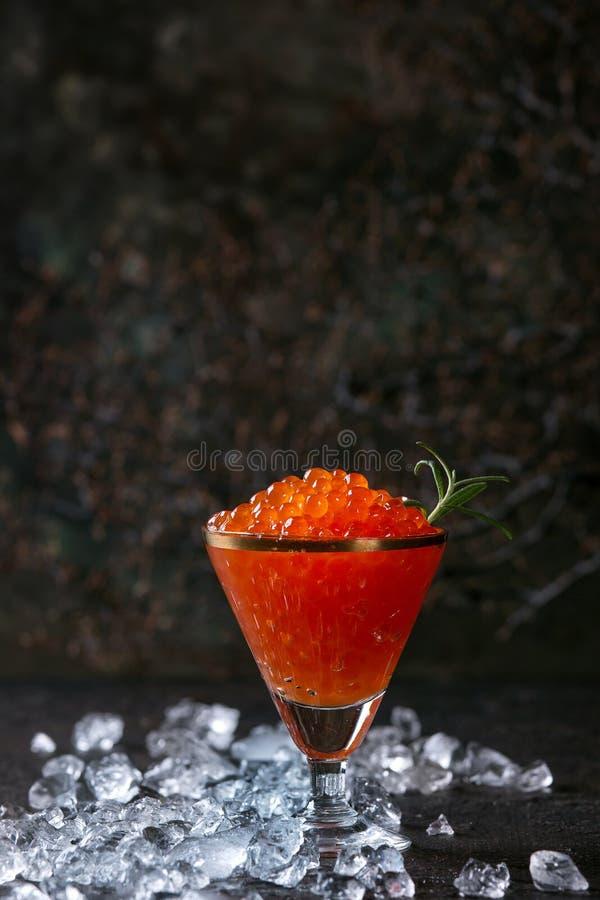Verre de caviar rouge photo libre de droits