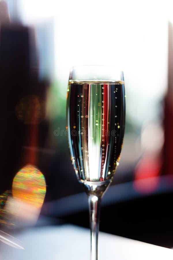 Verre de champagne sur la table image stock