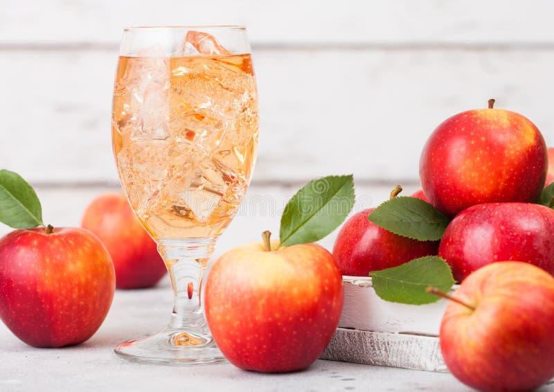 Verre de cidre de pomme organique fait maison avec les pommes fraîches dans la boîte sur le fond en bois L'espace pour le texte image stock