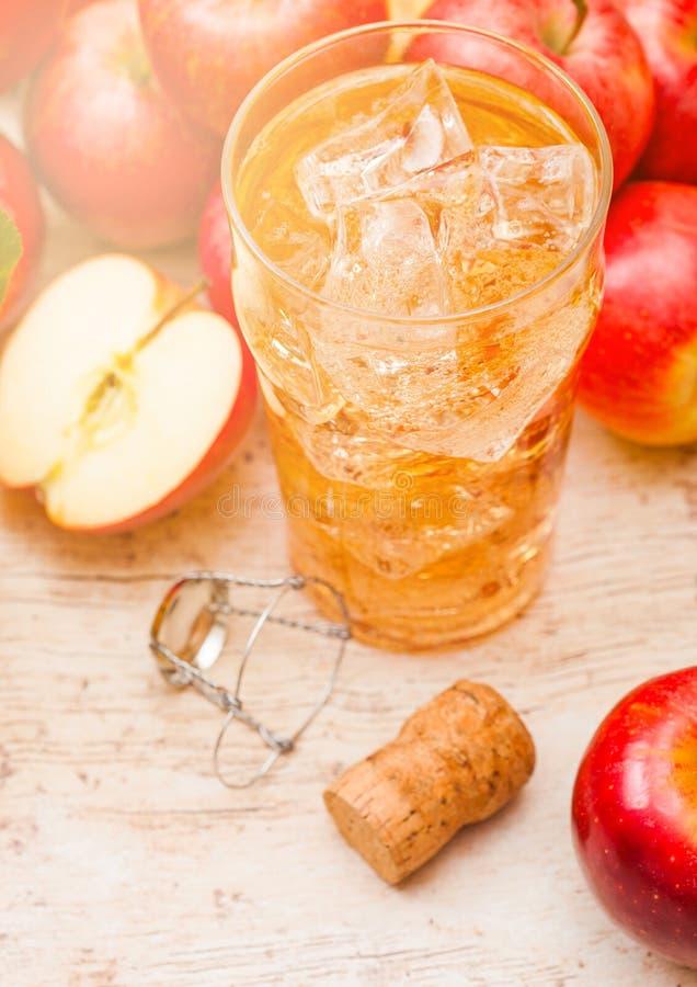 Verre de cidre de pomme organique fait maison avec les pommes fra?ches sur le fond en bois photos stock